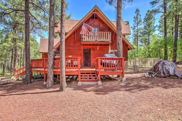 NEW! 2BR Pinetop House w/ Spacious Deck & Fire Pit