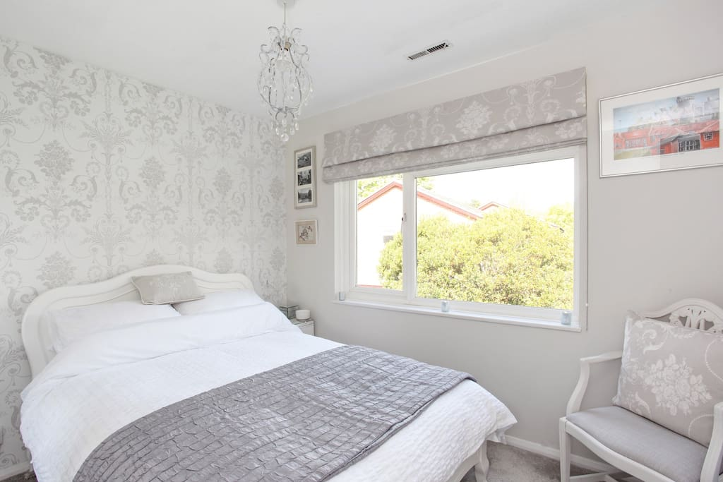 Guests' Bedroom - modern, light and airy