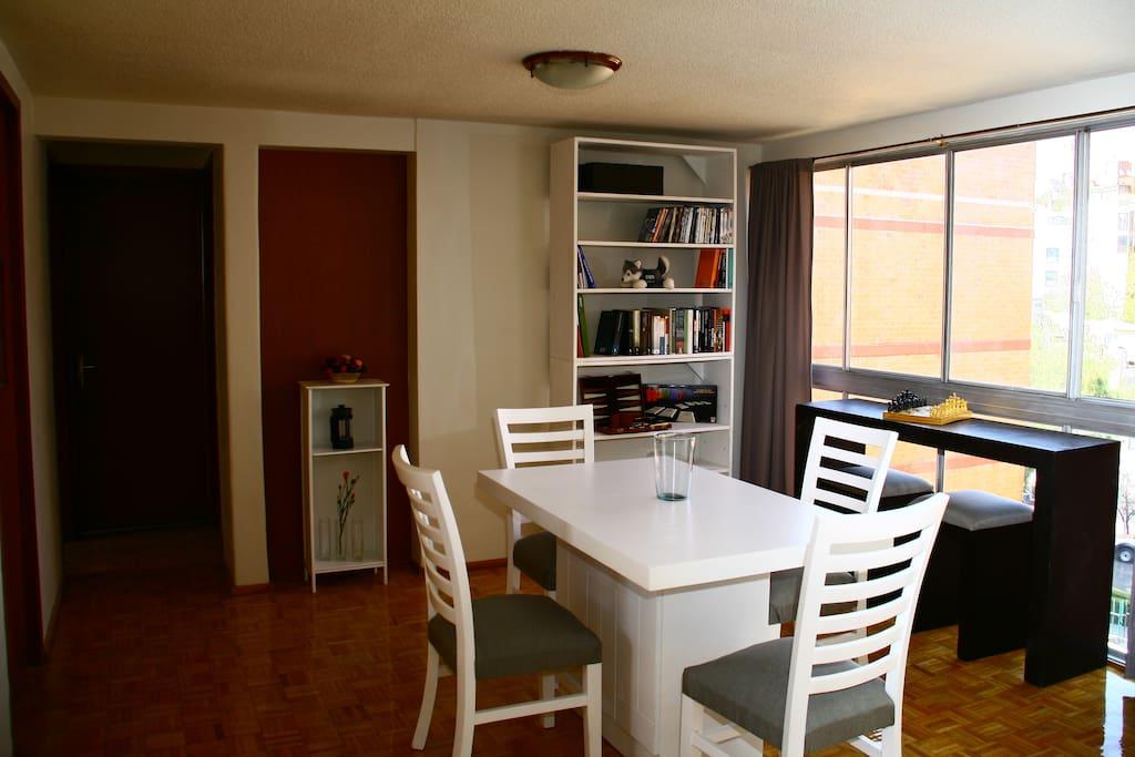 Comedor / Dinning room  Mesa para 4, barra para 2, películas, juegos de mesa, librero