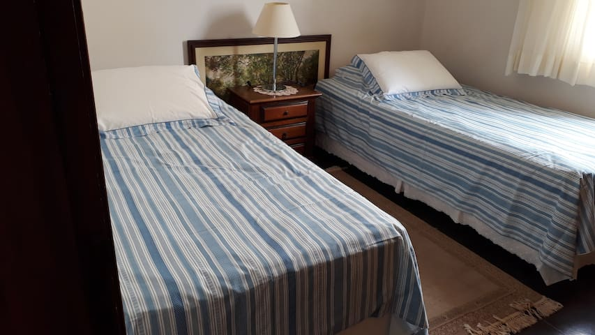 Quarto com 2 camas e banheiro compartihado