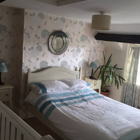 Newly Refurbished Double Bedroom Close to Centre