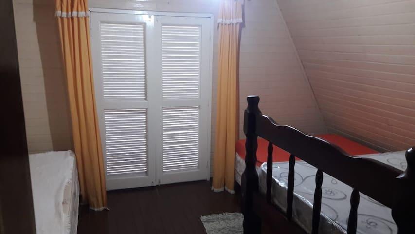 Quarto superior  2 camas de casal 1 de solteiro e sacada com split
