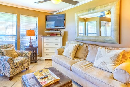 Beautiful efficiency condo w/ full kitchen, shared pool, hot tub, & beach access