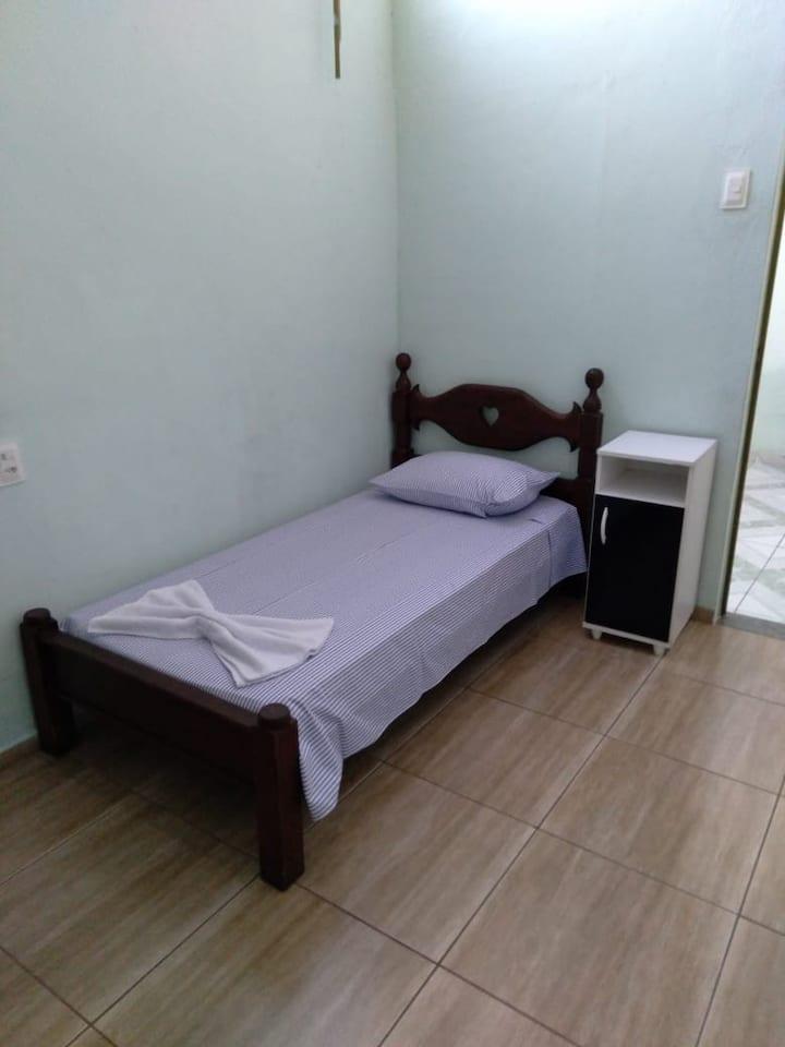 Quarto 1P c/ banheiro, fácil acesso a BR381 / 262