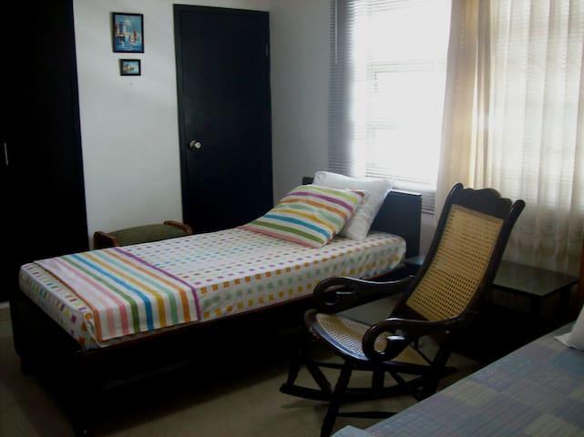 --Cómoda habitación en apartamento--