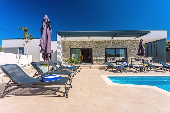 offers a 40sqm (8m x 4,5m) private heated pool that has a bench with hydromassage