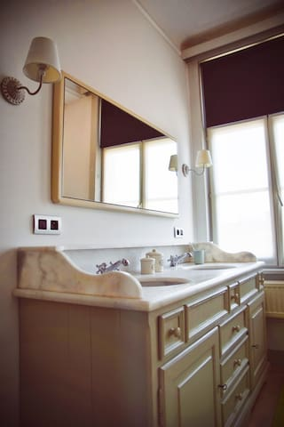 Wandmeubel met handige opbergkasten in de badkamer, 2 wastafels met grote spiegel