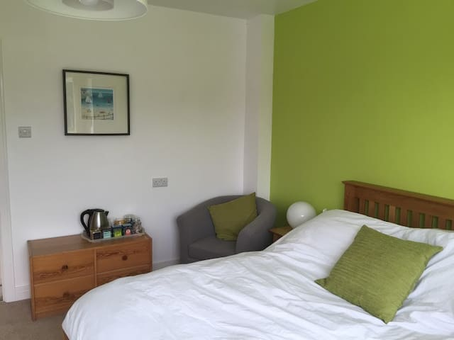 B&B Green Double Room in family home, Cranleigh - Cranleigh - Bed & Breakfast
