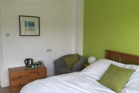 B&B Green Double Room in family home, Cranleigh - Cranleigh