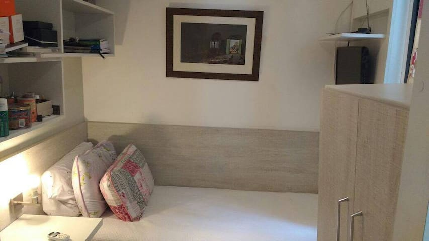 quarto 2 de solteiro com 2 camas, uma embutida, embaixo e de rodinha. Tv