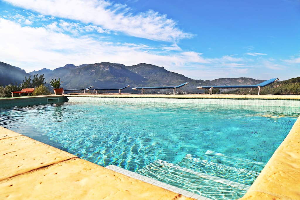 En esta fotografía podemos apreciar las estupendas vistas que tendrán nuestros huéspedes desde la piscina de la propiedad. Así pues, podrán apreciar una bonita estampa de todo el valle de Soller y de las montañas que lo rodean.