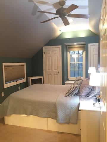Relax in the master bedroom. (Queen bed sleeps 1-2.)