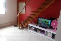 """TV 32"""". Escada para o quarto."""