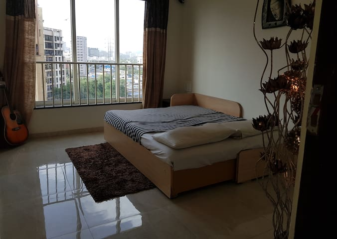 Cozy Private Room next to Mumbai Int. Airport!