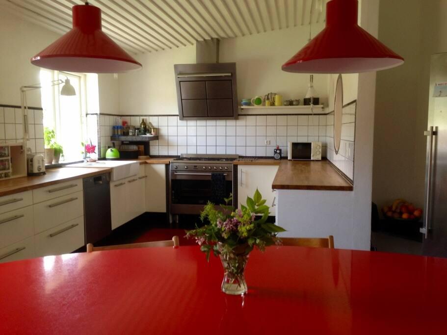 Køkken med stor spiseplads