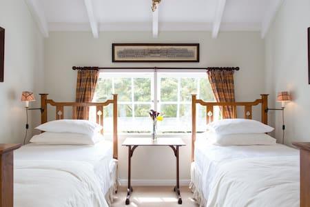 """PUHOI HOUSE """"Tartan Twin Room"""" - Puhoi"""
