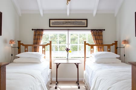 "PUHOI HOUSE ""Tartan Twin Room"" - Puhoi - Bed & Breakfast"