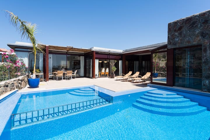 SUNSET VILLA WITH PRIVATE HEATED POOL&JACUZZI. - Mogan - Villa