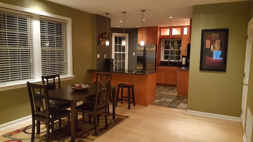 Stylish 2 bed condo in Clayton, near Forest Park