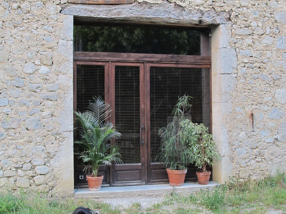 La vieille porte de la grange a été remplacé par une baie vitrée