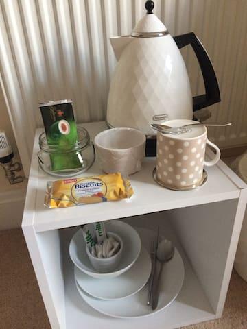 Complimentary tea, coffee & breakfast bar included
