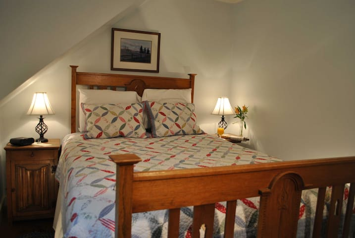 Roundtop Mountain Room - private, intimate retreat - Stowe - Bed & Breakfast