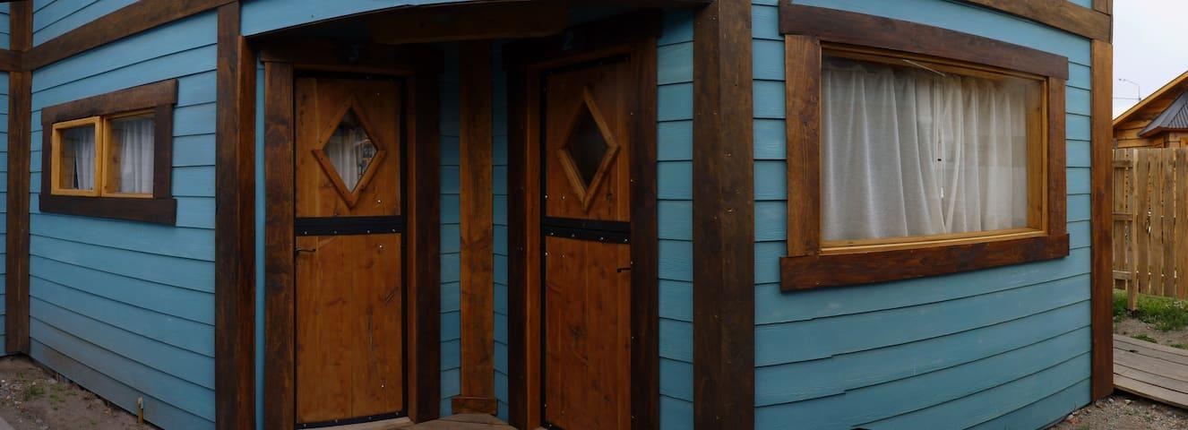 Original acceso con puertas tipo caballeriza y mucha luminosidad