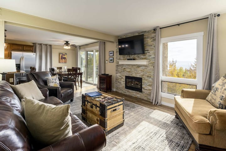 Upscale condo w/ mountain view & shared hot tubs, fitness & winter shuttle