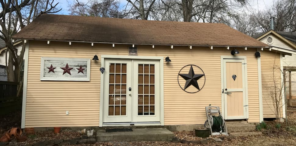 Aunt Shelley's Azalea District Carriage House