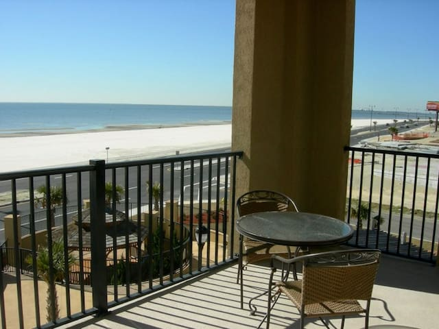 Beautiful large condo on a white sandy beach (307) - Gulfport - Kondominium