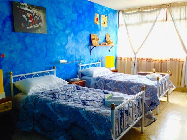 Colorida habitación cercana a la T2 del Aeropuerto