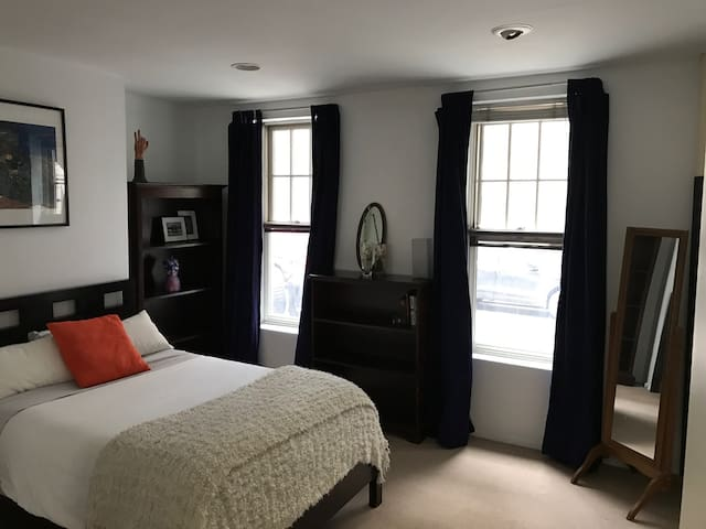 Private suite, entry, bath in West Village duplex - New York - Casa
