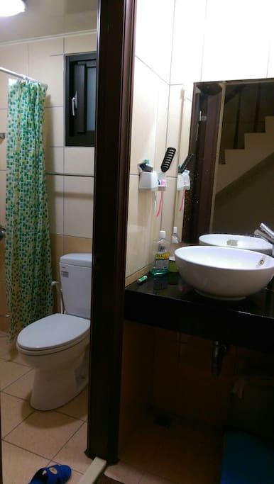 廁所緊臨雅房旁,十分方便