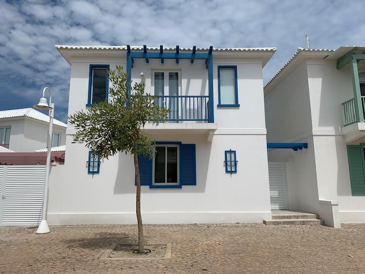 Preciosa villa pie del mar. Urbanización privada