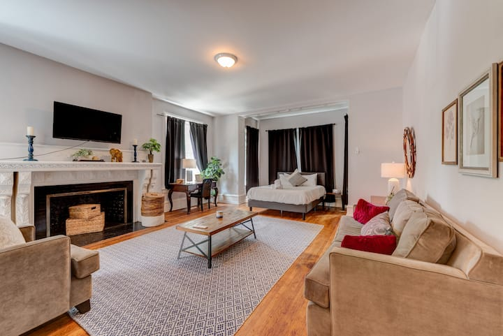 Rittenhouse Retreat - Expansive Studio in Historic Building, 2 blocks from the Park