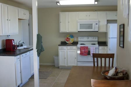 Quiet and spacious 1BR close to everything - Prairie Village - Pensió