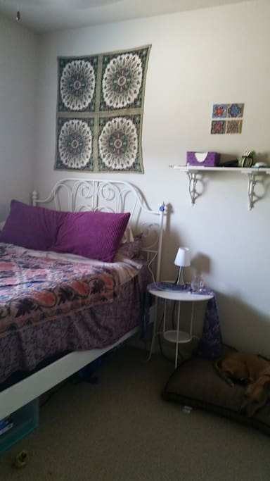 Bedroom w/ double bed and closet