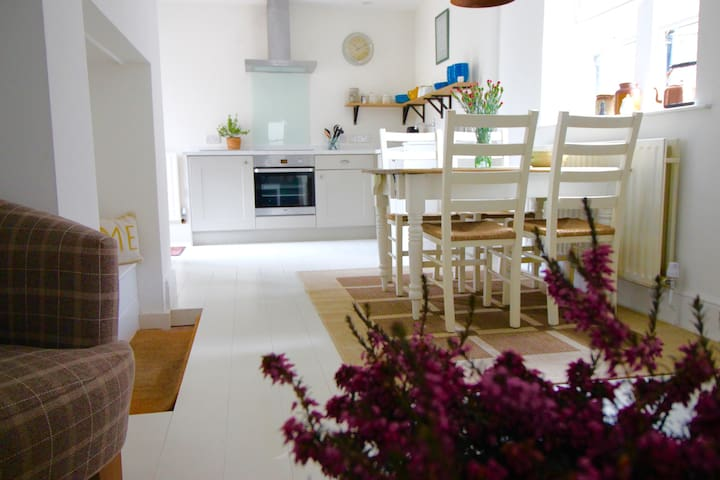 Beautiful Cottage with Pubs & Restaurants near by