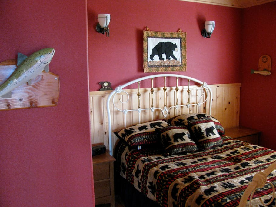 Bear Room, queen bed