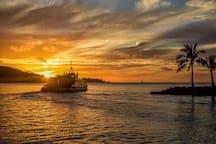 """L'aéroport de Bora Bora se trouve sur un ilot(motu muté). Air Tahiti assure gratuitement le transfert maritime de ses passagers entre l'aéroport et Vaitapé, le village principal par Bora Bora navette """". Il vous faudra procéder à la reconnaissance de vos bagages dès votre arrivée à l'aéroport de Bora Bora, avant embarquement à bord de la navette maritimes.Alain sera présent à l'arrivée de la navette au village de Vaitapé.Comptoirs de location de véhicule à 100 m de débarcadère ."""