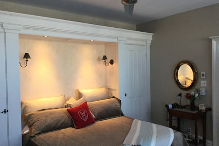 Grande chambre, entrée et toilette douche privées