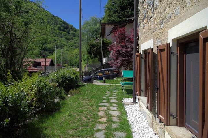 Casa Dell Acero Rosso Ingresso Privato Giardino Houses For Rent In Arcumeggia Lombardia Italy