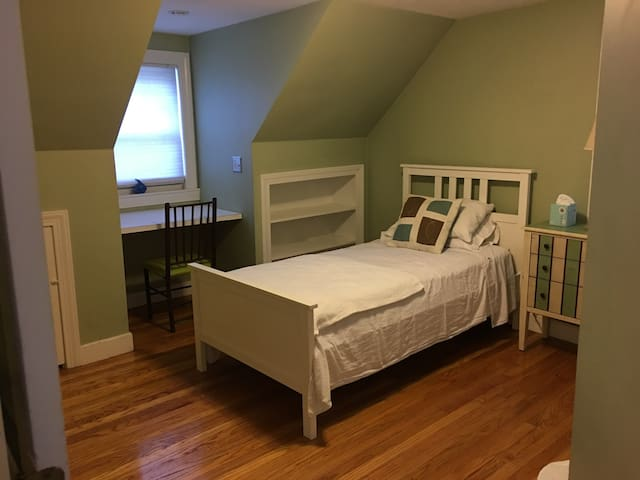 Cozy Dormer Bedroom on Quiet Street - Brookline