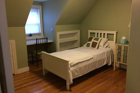 Cozy Dormer Bedroom on Quiet Street - Brookline - House