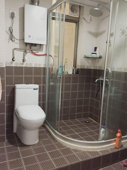 宽敞的卫生间,热水24小时供应,洗漱台洗漱用品齐全