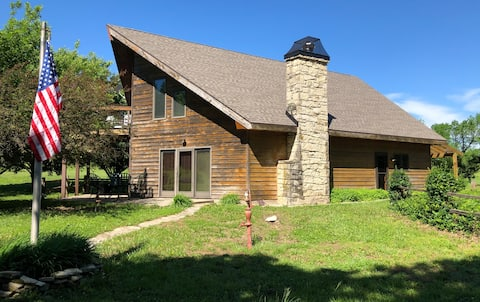 Secluded Lodge Near Geary State Fishing Lake/Falls