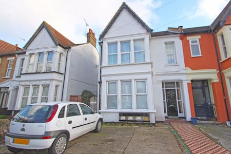 Beautiful Cosy flat refurbished to a very high standard and suitable for 2 people. Close to Palace Theatre, Hamlet Court Road, London Road and Southend High Street. The bathroom consists of shower, WC and sink. It is not big but it is fully functional.