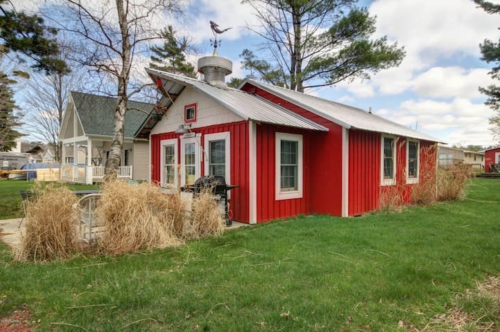 Silver Lake Waterfront Cottage  (Lollygaggin)