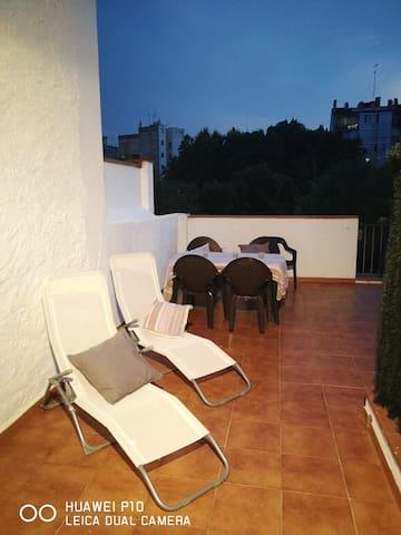 Fotografia de una de las terrazas. El apartamento tiene 2 terrazas de similar tamaño.