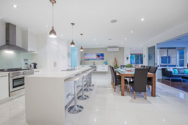 Gold Coast Luxury Oasis, Pool FREE Wifi, Sleeps 14 - Upper Coomera - House
